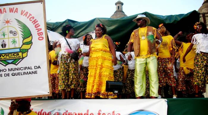 Diferentes grupos compiten durante los carnavales de Quelimane