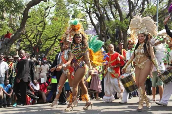 Durante el caranval de Harare se ven bailarines de samba de Brasil