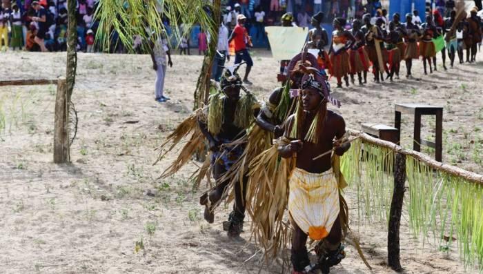 Durante las celebraciones del carnaval, los participantes usan trajes tipicos y disfraces de la region