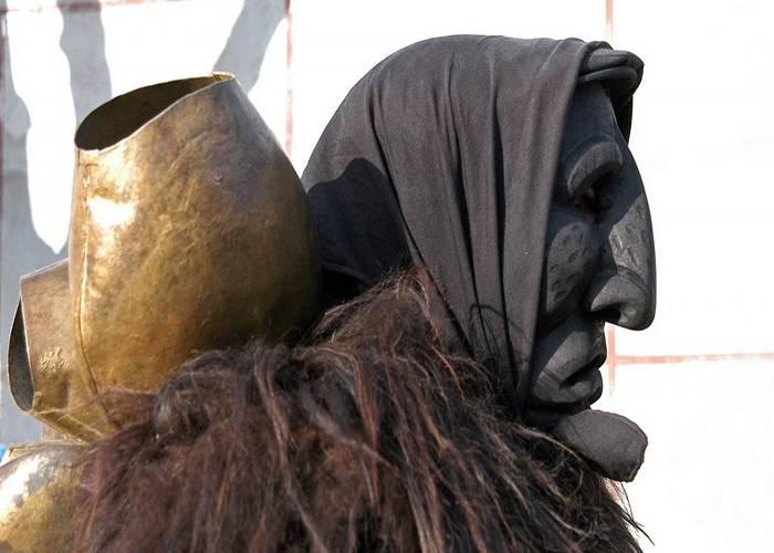 Durante los carnavales de Mamoiada los participantes usan mascarás y disfraces de Mamuthones
