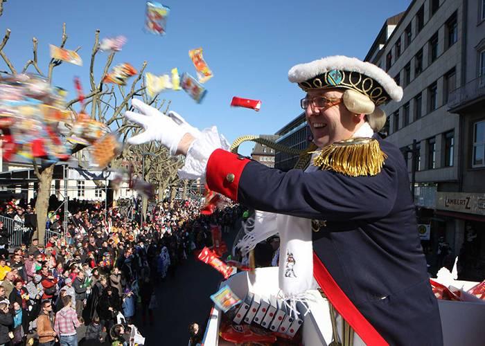 Durante los desfiles de los carnavales de Aquisgrán se arrojan dulces a la multitud