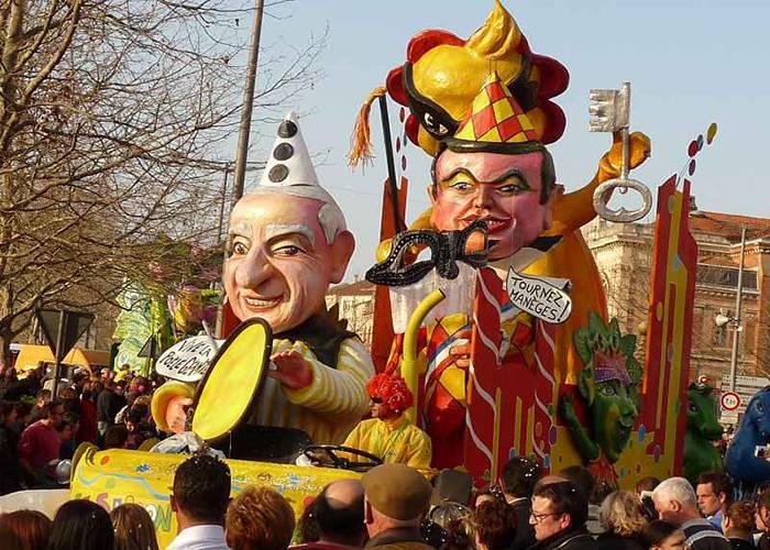 El último día de los carnavales de Albi se celebra el desfile por las principales calles de la localidad