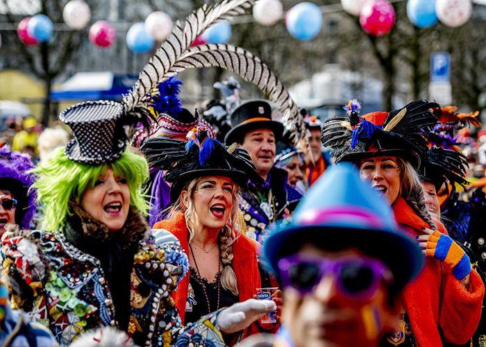 En los carnavales de Eindhoven las personas pueden disfrazarse de lo que deseen, no hay temática de fiestas