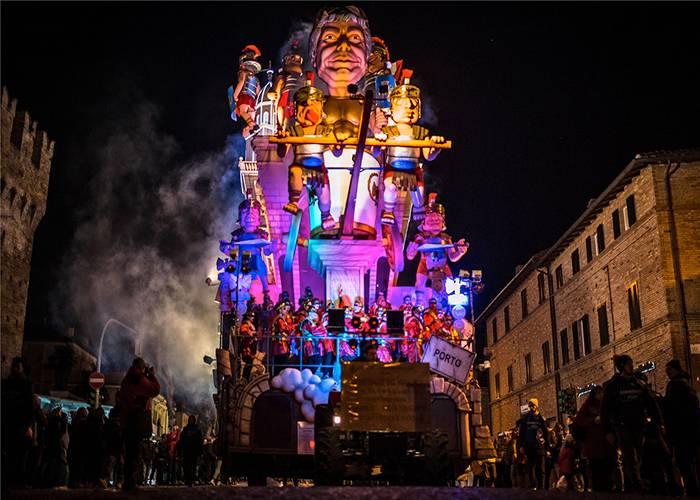 En los carnavales de Faro se encienden las luces de las carrozas para admirarlas durante la noche