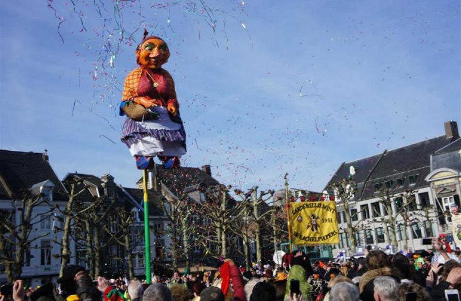 La Mooswief es la figura representativa de los carnavales, se cuelga en la plaza y se retira al terminar los carnavales de Maastricht