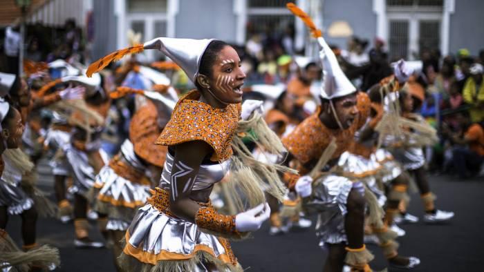 Las agrupaciones cantan y bailan durante los desfiles de los carnavales de Mindelo