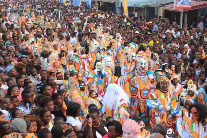 Las calles de Takoradi se llenan de participante para celebrar los carnavales de la calle Takoradi