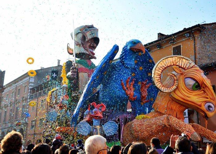 Las carrozas recorren las calles de Cento arrojando serpentinas, juguetes, dulces y objetos inflables