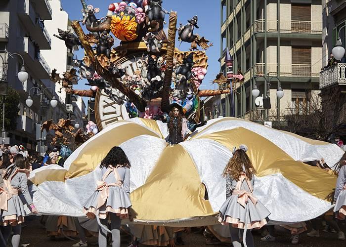 Las carrozas y desfiles del Carnaval de Putgnano hacen famosa esta tradicion