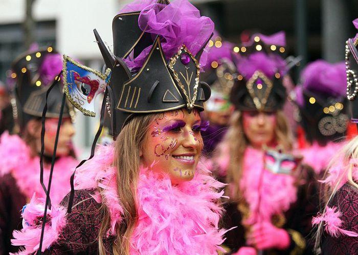 Las personas asisten a los desfiles que se celebran en las calles de Venlo durante los carnavales