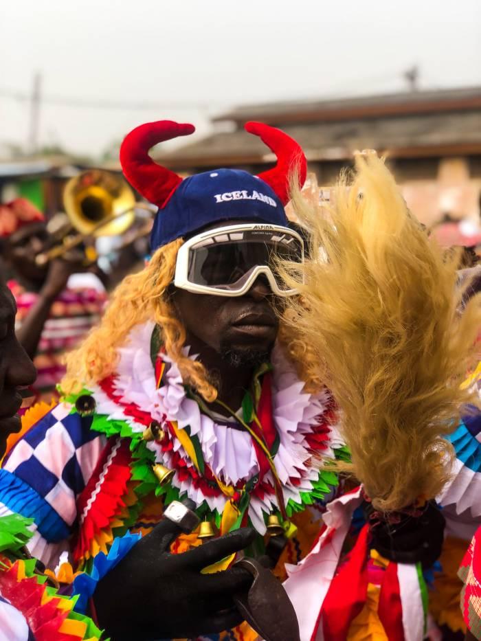Las personas se concentran en las calles de Takoradi para celebrar los carnavales