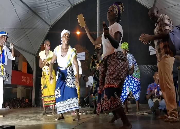 Las personas suben al escenario para competir entre otras bandas durante los carnavales de Quelimane