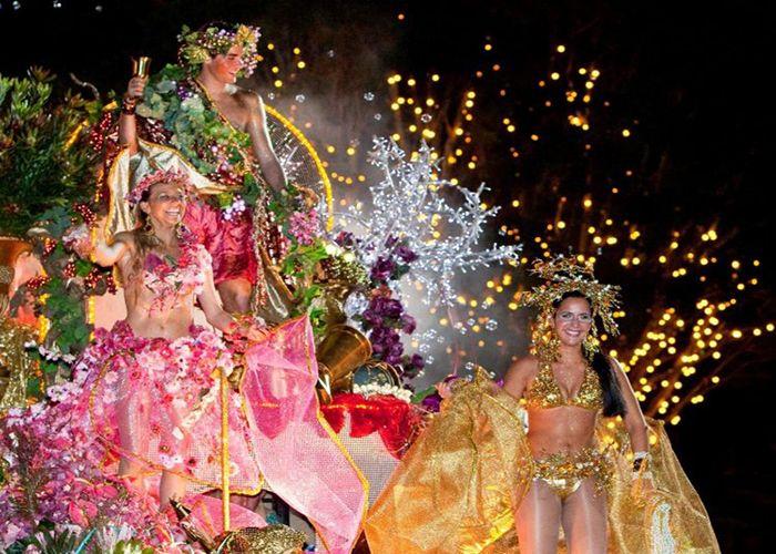 Los carnavales de Funchal son celebrados con comparsas y carrozas coloridas