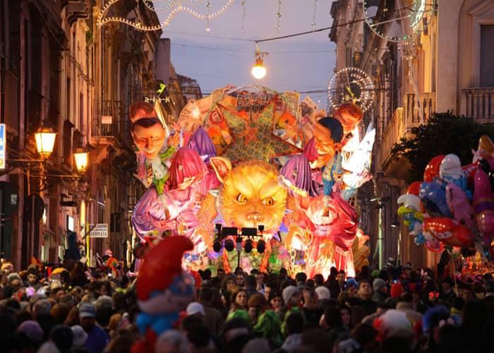 Los carnavales de Acireale alumbran las calles con sus desfiles de luces