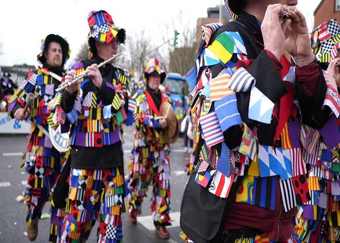Los desfiles con trajes coloridos son parte importante en el carnaval de Eschweiler