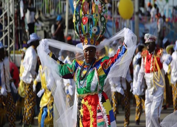 Los desfiles son dirigidos por los reyes y reinas de las agrupaciones