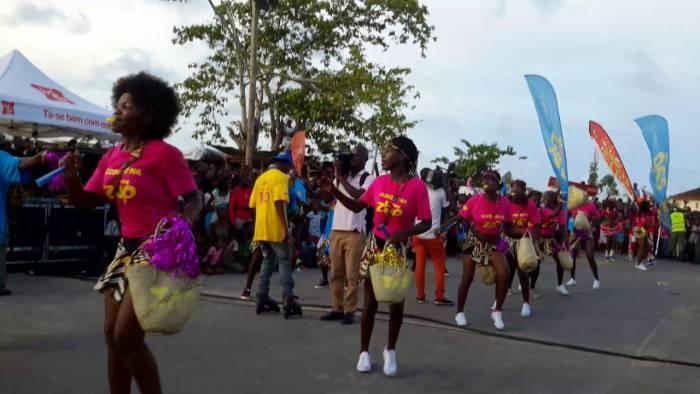 Los diferentes grupos y bandas forman parte de los desfiles del Carnaval de Quelimane