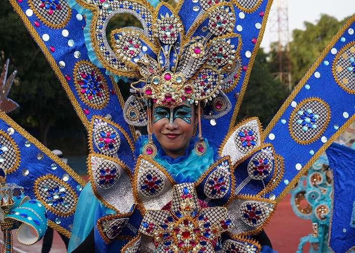 Los diseños que se presentan en el desfile de los carnavales de Solo Batik son imponentes, pero conservan la tradición histórica de los patrones
