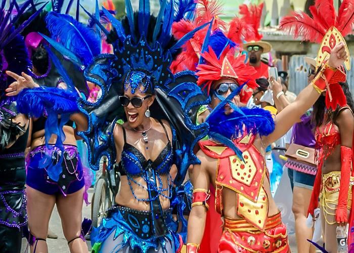 Los disfraces brillantes y coloridos resaltan en el Carnaval Road March