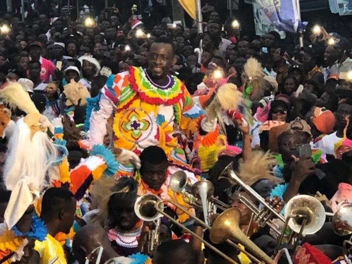 Los disfraces de los participantes están llenos de colores para celebrar el carnaval de Takoradi
