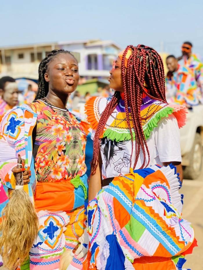 Los grupos de bailarines recorren las calles durante el caranval de la calle Takoradi