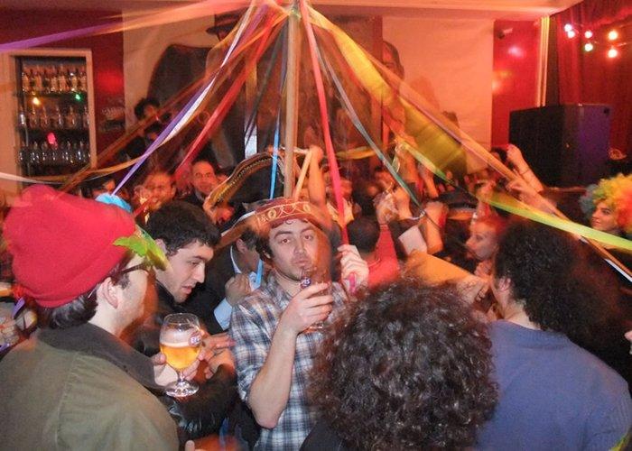Los jóvenes celebran el carnaval de Baklahorani luego de haber sido prohibido por varias décadas
