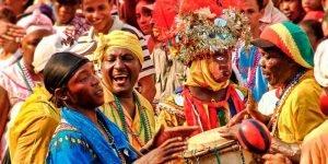 Los músicos y bailarines forman parte del desfile del carnaval de La Ceiba