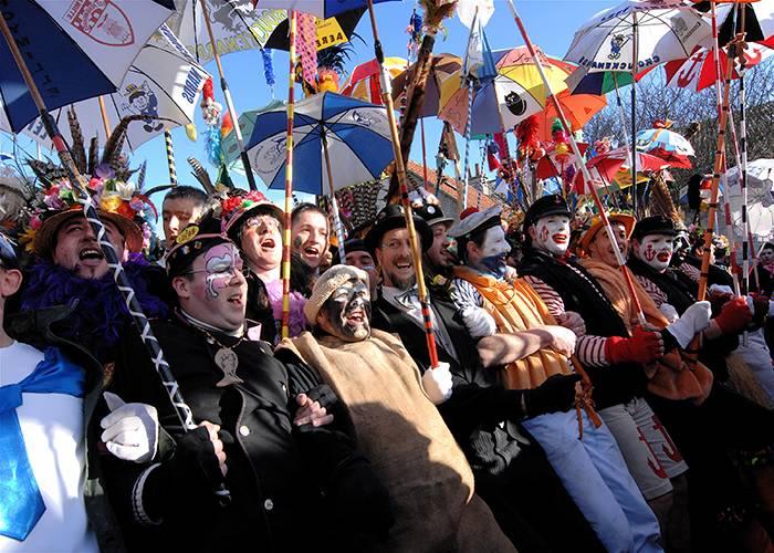 Los participantes delante del desfile son los que intentan contener el mar de personas durante el carnaval de Dunkerque