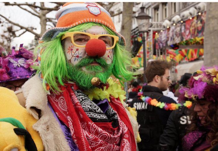 Los participantes de los desfiles del carnaval de Maastricht se visten de los colores varios y desfilan por las calles