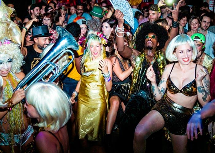 Algunos locales de la ciudad de Nueva York celebran el Mardi Gras