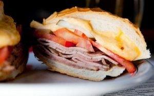Bauru es una sándwich tradicional de la región relleno de roast beef y queso