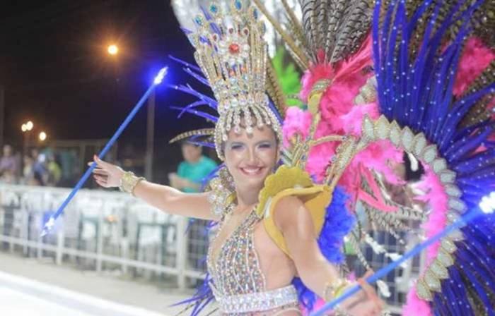Cada comparsa compite tomando en cuenta su vestuario, coreografía y carrozas en el carnaval de Villa Ángela