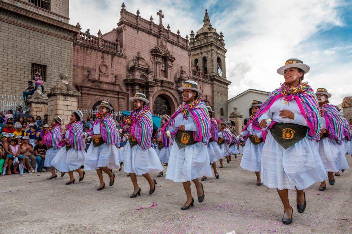 Cientos de bailarines se congregan en el Casco Histórico de la ciudad durante los carnavales para bailar danzas típicas