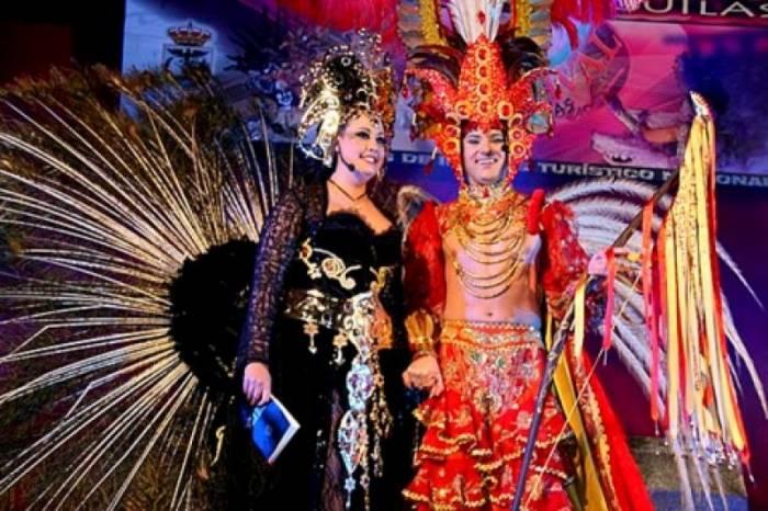 Don Carnal y Doña Cuaresma realizan la tradicional batalla que da inicio a los carnavales en Águilas