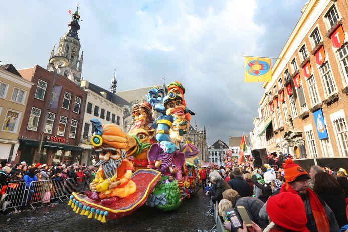 Durante el desfile de carnaval de Breda se ven grandes carrozas que participan en competencia