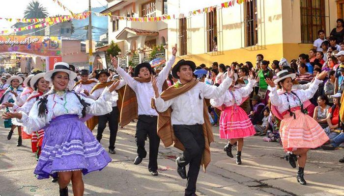 Durante el desfile del carnaval de Abancay las comparsas realizan bailes tradicionales