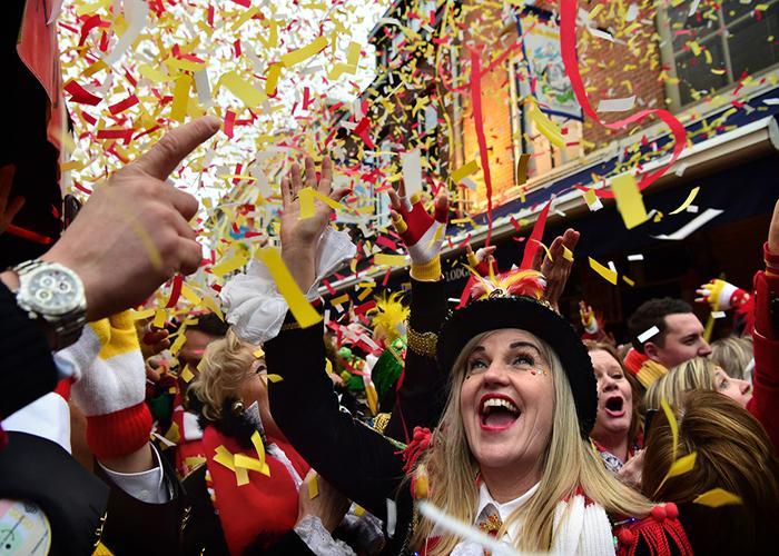 Durante las fiestas de Bolduque la gente usa una combinación de rojo amarillo y blanco
