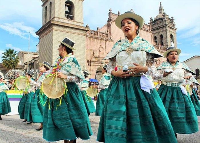 El Carnaval de Ayacucho es la mezcla perfecta entre tradiciones y fiestas, donde las comparsas visten colores vivos y bailan música tradicional