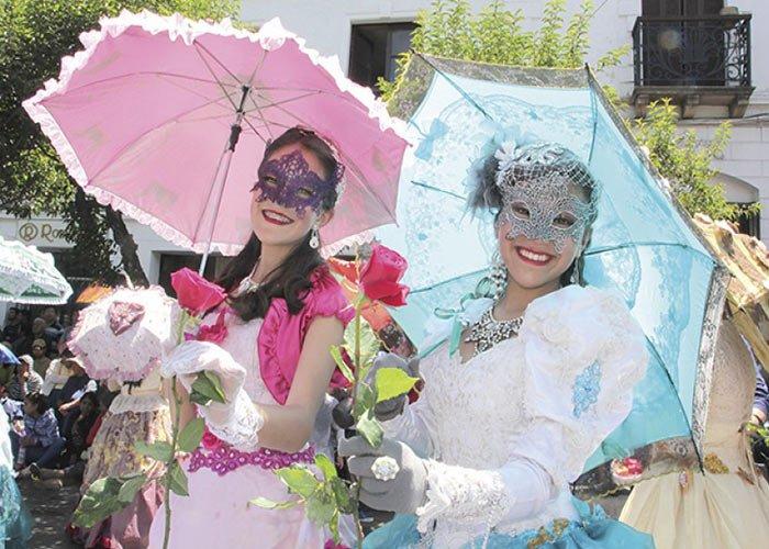 El Carnaval de Antaño es una de las particularidades del Carnaval de Sucre en Bolivia. La gente viste prendas de época colonial