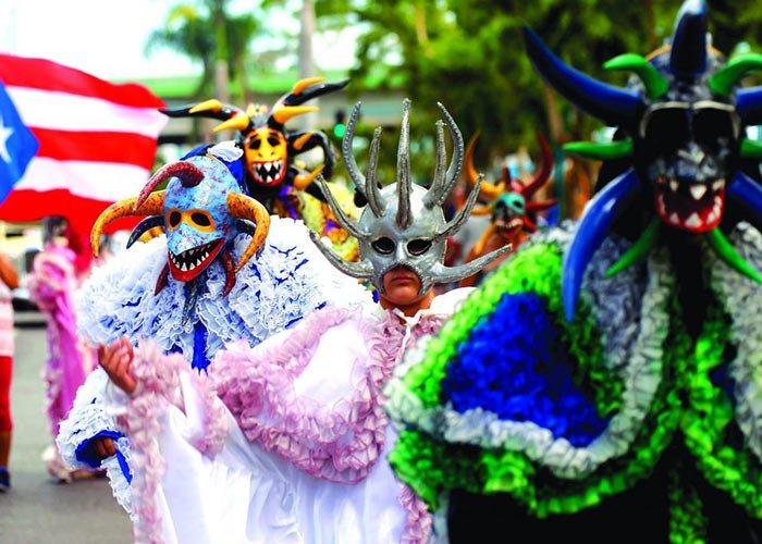 El Carnaval de Ponce en Puerto Rico se distingue por la presencia de los Vejigantes con máscaras coloridas y cuernos