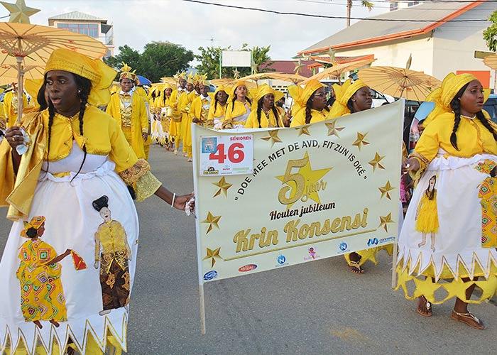 El Carnaval en Paramaribo en Surinam es peculiar, ya que las celebraciones se llevan a cabo a través de caminatas