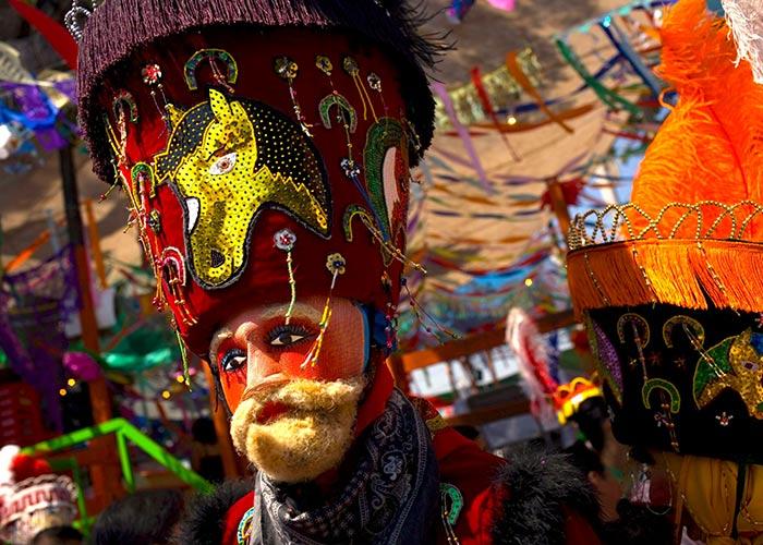 El Chínelo es un personaje que se destaca en los carnavales de Morelos por poseer una vestimenta colorida y ostentosa