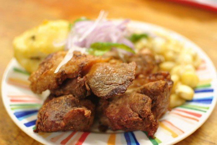El Chicharrón de alpaca es un plato de insignia de Puno que se come en las festividades
