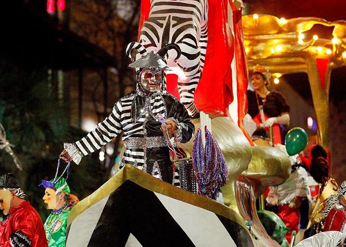 El Mardi Gras de Mobile se lleva a cabo por Sociedades Místicas que realizan los desfiles y arrojan objetos desde las carrozas