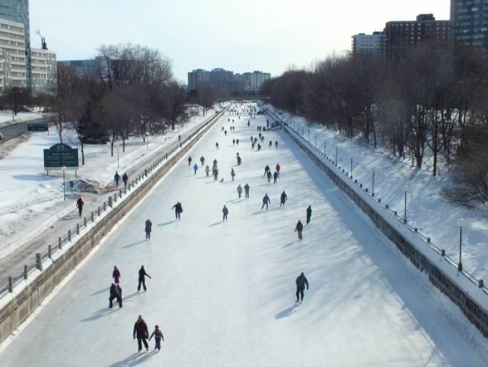 El Rideau Canal Skateway es una de las atracciones en el Winterlude