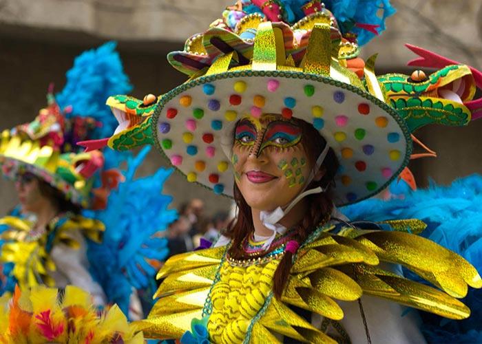 El carnaval de Badajoz es uno de los más populares del país y de Europa. Las comparsas viste de disfraces bien elaborados y coloridos durante el desfile principal