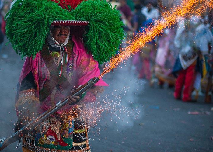 El carnaval de Huejotzingo revivo eventos históricos a través de explosiones de pólvora y personajes tradicionales