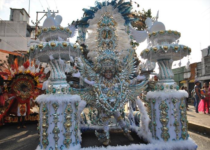 El carnaval de Maturín es uno de los principales del país. La gente desfila en las calles con atuendos extravagantes, imponentes y coloridos