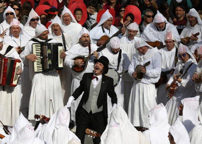 El carnaval de Mundaca cuenta con un disfraz de Atorrak, que los hombres usan para desfilar por la ciudad durante los carnavales
