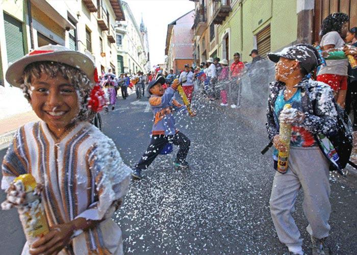 El carnaval de Quito es un conglomerado de actividades culturales y eventos. La gente juega con agua y participa en los eventos